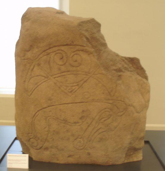 Рис. 1а. «Пиктский зверь». Камень замка Strathmartine.